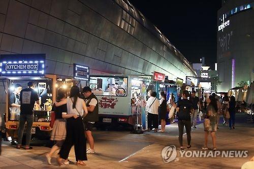 资料图片:东大门设计广场前夜市风景(韩联社)