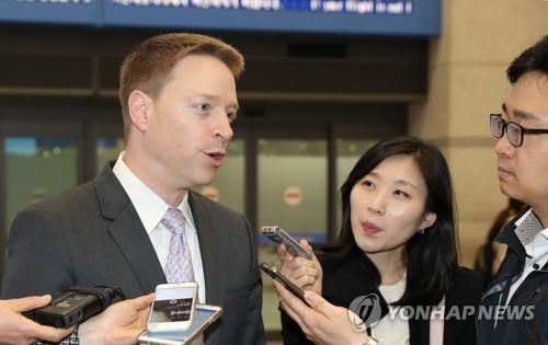 美国白宫国家安全委员会(NSC)亚洲事务资深主管马特·波廷格15日在仁川机场接受记者采访。(韩联社)