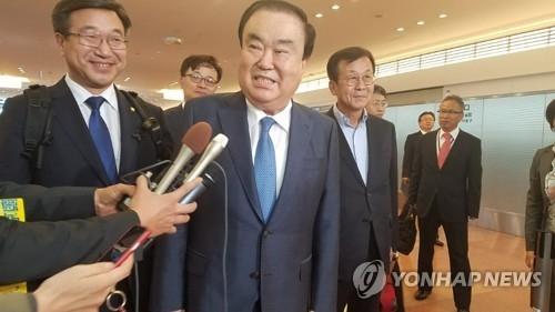 5月17日,在羽田机场,总统文在寅派往日本的特使、前国会副议长文喜相抵达日本,开始为期三天的访问。(韩联社)