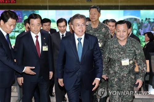 韩国总统文在寅(右二)5月17日下午访问位于首尔的国防部联参本部作战控制室军事指挥总部。(韩联社)