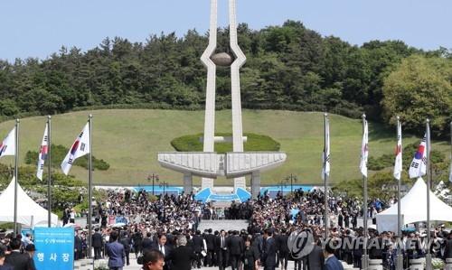 5月18日,在光州市国立5·18墓地,大批市民到访参加5·18民主化运动37周年纪念仪式。(韩联社)