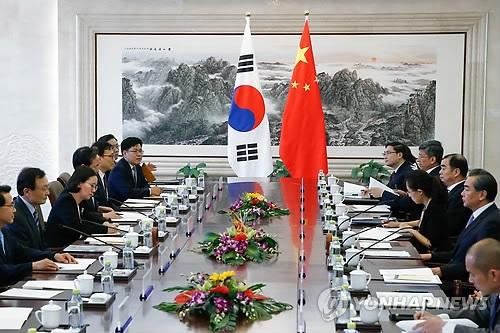 资料图片:李海瓒一行(左侧)与中国外长王毅(右二)会面。(韩联社)