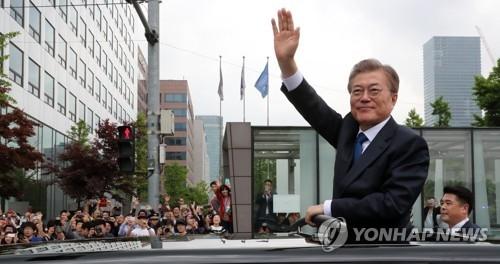 资料图片:向民众挥手致意的韩国总统文在寅 (韩联社)