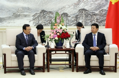 韩国总统特使李海瓒(左)19日下午在北京中国共产党对外联络部办公楼与对外联络部部长宋涛举行会晤。(韩联社)