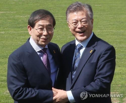 韩国总统文在寅(右)和首尔市长朴元淳 (韩联社)