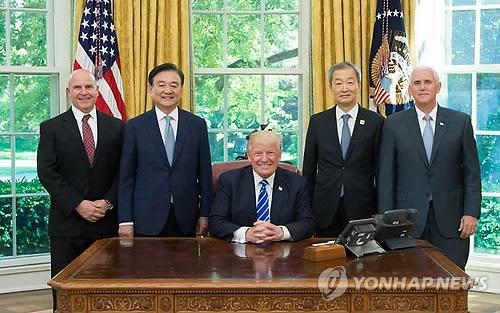 访美特使洪锡炫(左二)与特朗普在白宫总统办公室合影。(韩联社)