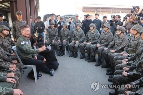 资料图片:文在寅与官兵们交流沟通。(韩联社)