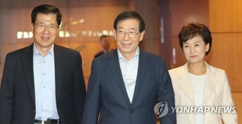 朴元淳(中)出访东南亚。(韩联社)