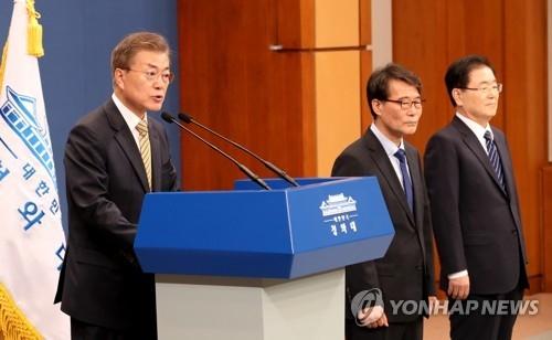 5月21日,在青瓦台,总统文在寅(左)公布部分长官和幕僚人选。(韩联社)