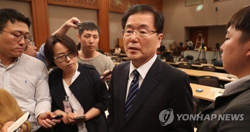 新任青瓦台国安室长郑义溶答记者问。(韩联社)
