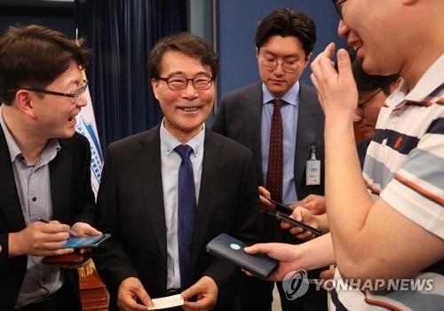 新任青瓦台政策室长张夏成答记者问。(韩联社)