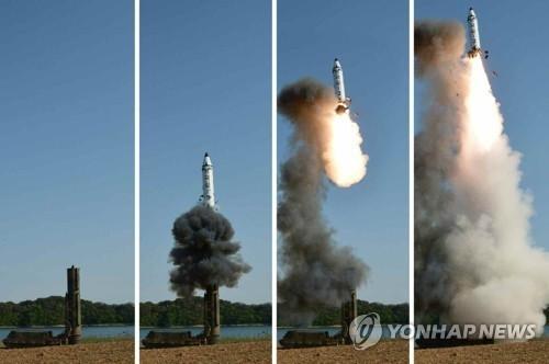 """朝鲜《劳动新闻》22日报道朝鲜成功试射""""北极星2""""型导弹。图片仅限韩国国内使用,严禁转载复制。(韩联社/朝鲜《劳动新闻》)"""