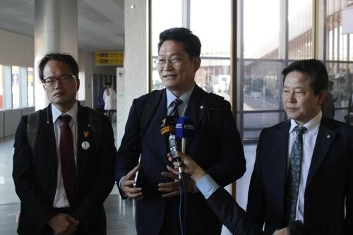 5月23日,在莫斯科谢列梅捷沃国际机场,韩国总统特使宋永吉(居中)接受驻俄韩国特派记者团采访。(韩联社)