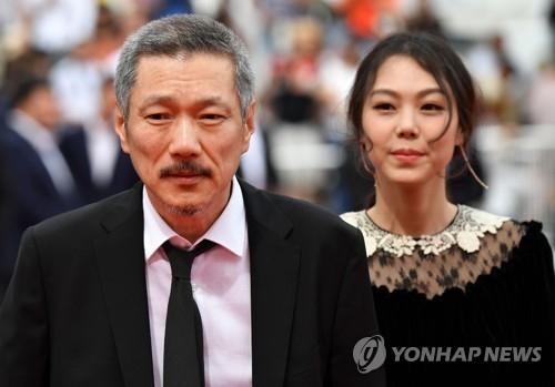 导演洪尚秀(左)和演员金敏喜(韩联社/时事通信社)