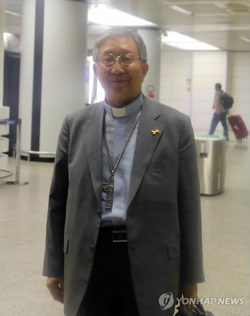 当地时间5月20日下午,文在寅派往教皇厅的特使、韩国天主教主教会议议长兼光州大教区大主教金喜中抵达罗马菲欧米奇诺机场。(韩联社)