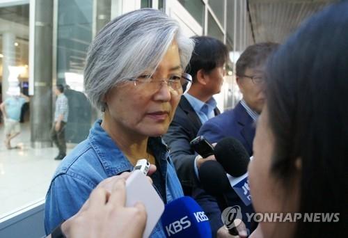当地时间5月21日,韩国外交部长官提名人康京和抵达美国纽约JFK机场后接受媒体采访。(韩联社)