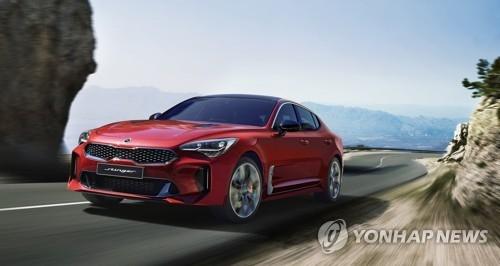图为起亚汽车23日正式推出的全新轿跑车Stinger。 (韩联社/现代起亚汽车提供)