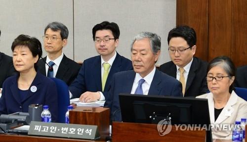 5月23日上午,在首尔中央地法第417号法庭,朴槿惠(左一)和她的闺蜜崔顺实(右一)坐在被告席上。(韩联社)