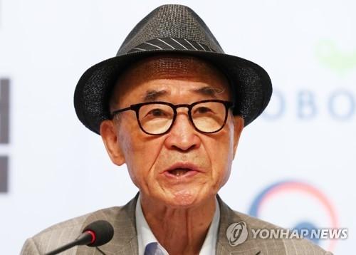 5月23日上午,在首尔钟路区教保文库会展大厅,韩国著名诗人高银在2017首尔国际文学论坛上做主旨演讲。(韩联社)