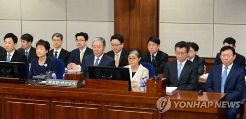 5月23日上午,韩国前总统朴槿惠(前排左二)、崔顺实(前排左四)、乐天集团会长辛东彬(前排右一)出庭受审。(韩联社)