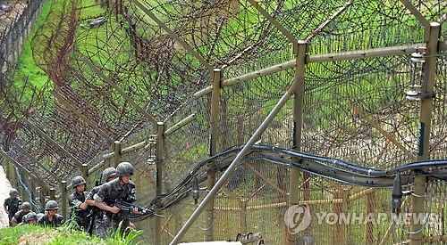 资料图片:韩军士兵在韩朝边界巡逻。(韩联社)