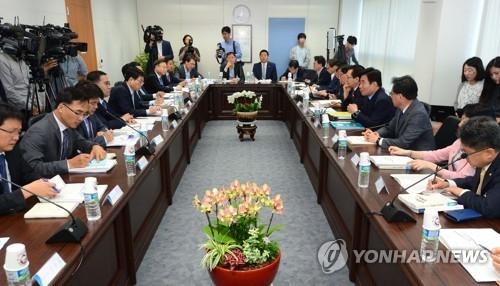 5月24日上午,在首尔市钟路区,国政企划委员会听取财政部工作报告。(韩联社)