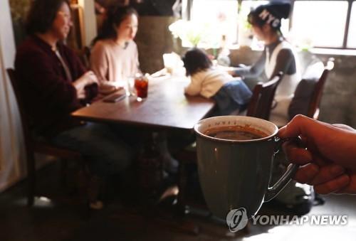 资料图片:韩国人在咖啡店喝咖啡。(韩联社)