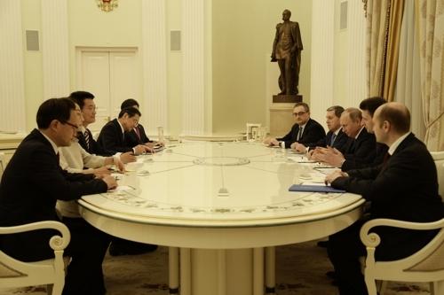 5月24日,在莫斯科,普京(右侧居中)接见宋永吉(左侧居中)一行。(韩联社)
