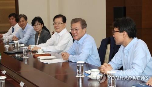 5月25日,在青瓦台,韩国总统文在寅(右二)在首席秘书和助理会议上发言。(韩联社)