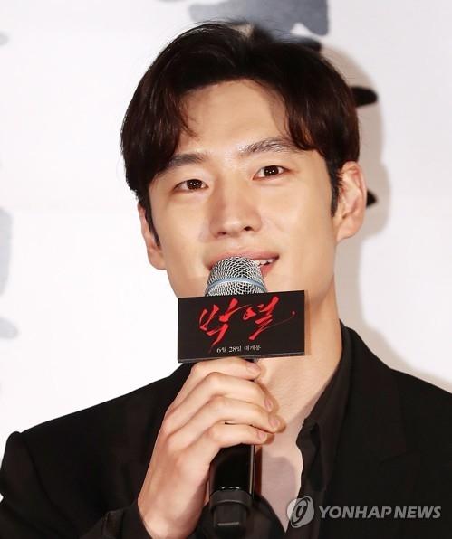 5月25日,演员李帝勋出席新片《朴烈》发布会。(韩联社)