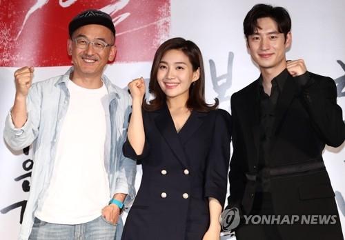 5月25日,在首尔中区MEGABOX影院东大门店,导演李浚益(左起)、演员崔熙瑞(音译)和李帝勋出席新片《朴烈》发布会。 (韩联社)