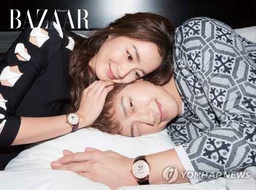 新婚夫妇RAIN(右)金泰希登时尚杂志《时尚芭莎》韩国版4月号封面。(韩联社/《时尚芭莎》提供)