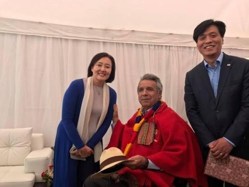 5月26日,在厄瓜多尔,莫雷诺总统(居中)接见韩国总统特使朴映宣(左一)。