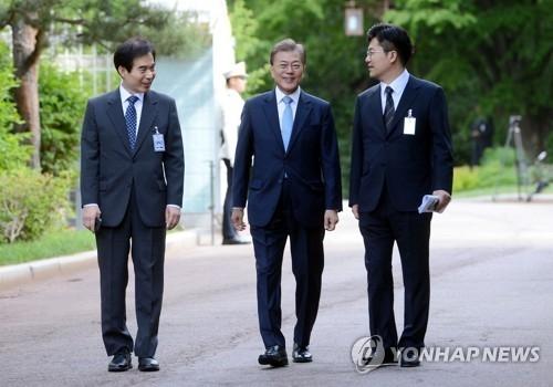 韩国新总统文在寅(居中)(韩联社)
