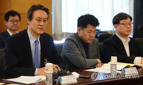 5月26日上午,在国政企划咨委会会议室,外安小组委员会主席李洙勋在统一部报告工作前致开场白。(韩联社)