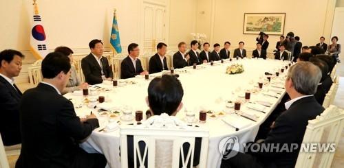 5月26日,在青瓦台,韩国总统文在寅持麦问候柳一镐等现任国务委员。(韩联社)
