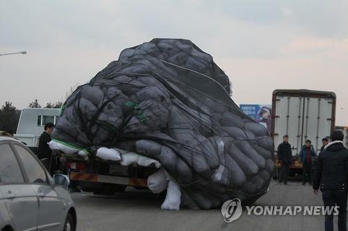 资料图片:韩方宣布开城园区停运后,园企满载存货匆忙离朝。(韩联社)
