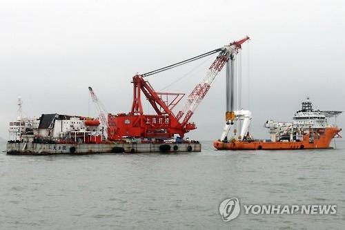 资料图片:上海打捞局作业船只(韩联社)