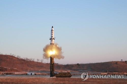 """资料图片:图为朝鲜今年2月发射""""北极星2""""型中远程弹道导弹现场照。图片仅限韩国国内使用,严禁转载复制。(韩联社/朝中社)"""