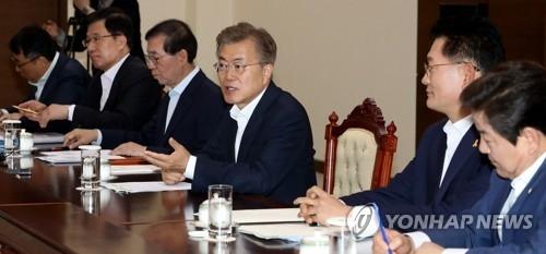 5月29日,在韩国总统府,文在寅(右三)与出使俄、欧、东盟归来的特使们座谈。(韩联社)