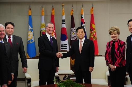 韩国防长韩民求(右)和美国国会众议院军事委员会主席索恩伯里在会谈前握手。(韩联社/国防部提供)