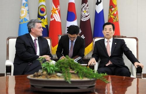 资料图片:韩国防长韩民求(右)和美国国会参议院外委会亚太小组委主席加德纳会谈。(韩联社)