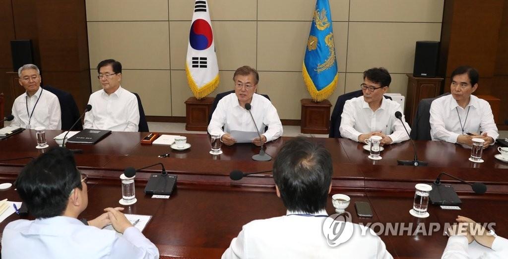 5月29日,在青瓦台,韩国总统文在寅(左三)主持召开首席秘书助理会议。(韩联社)