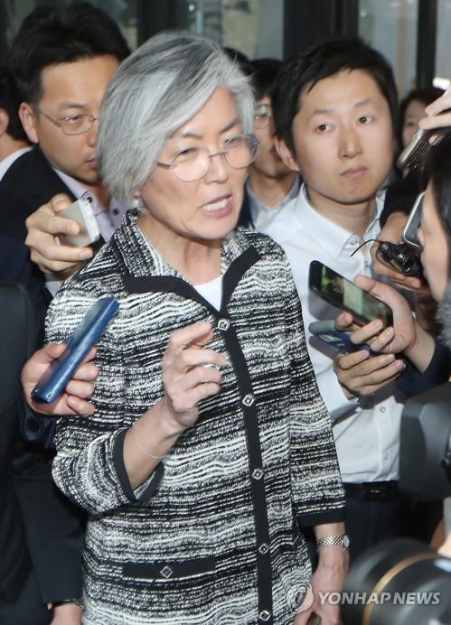 5月29日,在韩国外交部附近,康京和向记者们澄清关于虚报户籍的种种疑点。(韩联社)