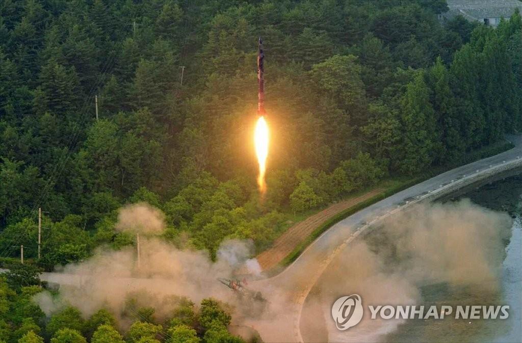 朝鲜《劳动新闻》30日报道朝鲜成功试射精密制导弹道导弹。图片仅限韩国国内使用,严禁转载复制。(韩联社/《劳动新闻》)
