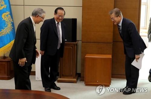 文在寅(右)接见派往罗马教皇厅的特使团,最左为韩国大主教金喜中。(韩联社)