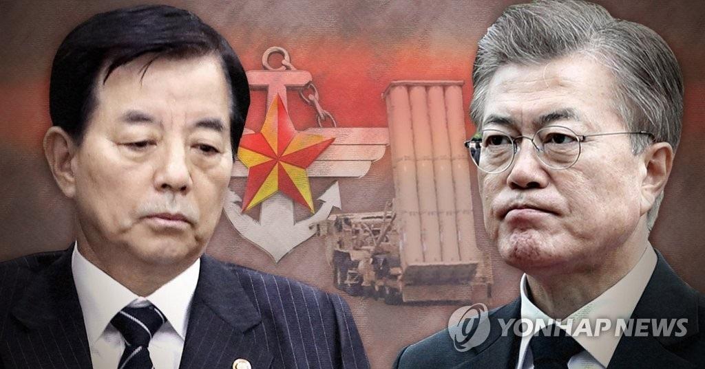 防长韩民求(左)与总统文在寅(韩联社)