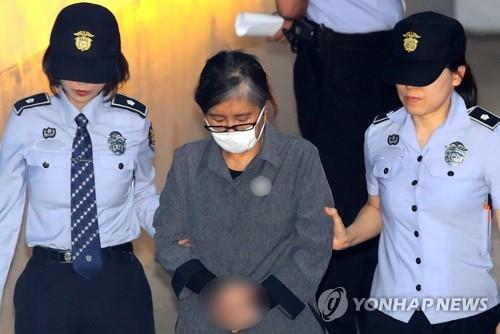5月31日下午,在首尔中央地方法院,崔顺实被押送到庭。(韩联社)