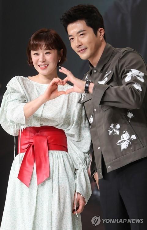 4月13日,崔江熙(左)与权相佑在《推理的女王》发布会上接受媒体拍照。(韩联社)
