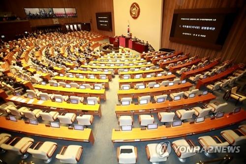 5月31日,在国会,自由韩国党籍议员全体退场弃权反对任命李洛渊为总理。(韩联社)